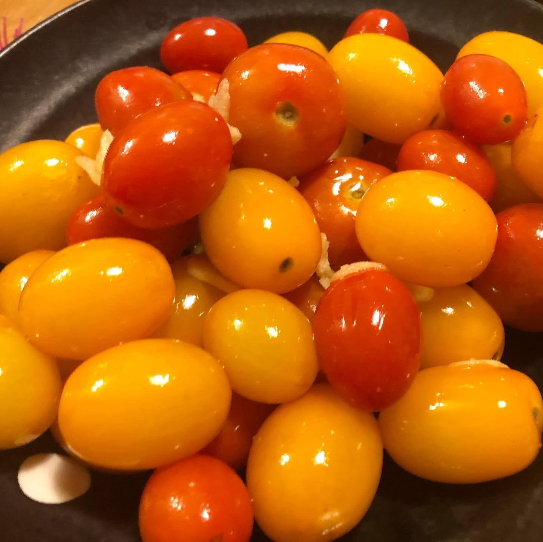 食べ飽きてきたトマトを一工夫。オーリーブ油とニンニクで軽く炒めて、お塩をパラパラ。温かいトマトが意外と美味しくて驚いた笑#サイエナー #わたしの野菜生活 #家庭菜園 #トマトレシピ - 畑での一コマ